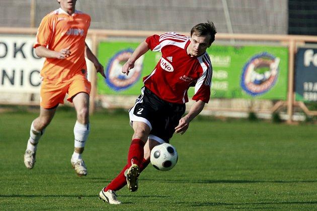 Liviu Mocanu střílí druhý gól Živanic v duelu s Převýšovem (4:1).