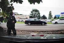 Auto s vojenskou značkou ujíždělo před strážníky