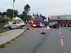 Nedání přednosti zavinilo ve středu ráno dopravní nehodu ve Starých Ždánicích. Jedno auto skončilo za plotem na zahradě.