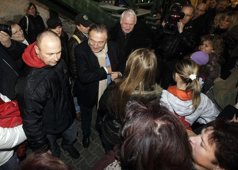 Zpěvák Karel Gott rozdával autogramy v Music Shopu v Pasáži svatého Jána.