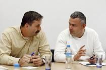 VÝMĚNA STRÁŽÍ. Dosavadního šéfa pardubické oblastní rady ODS Alexandra Krejčíře (vlevo) vystřídal Jiří Lejhanec.