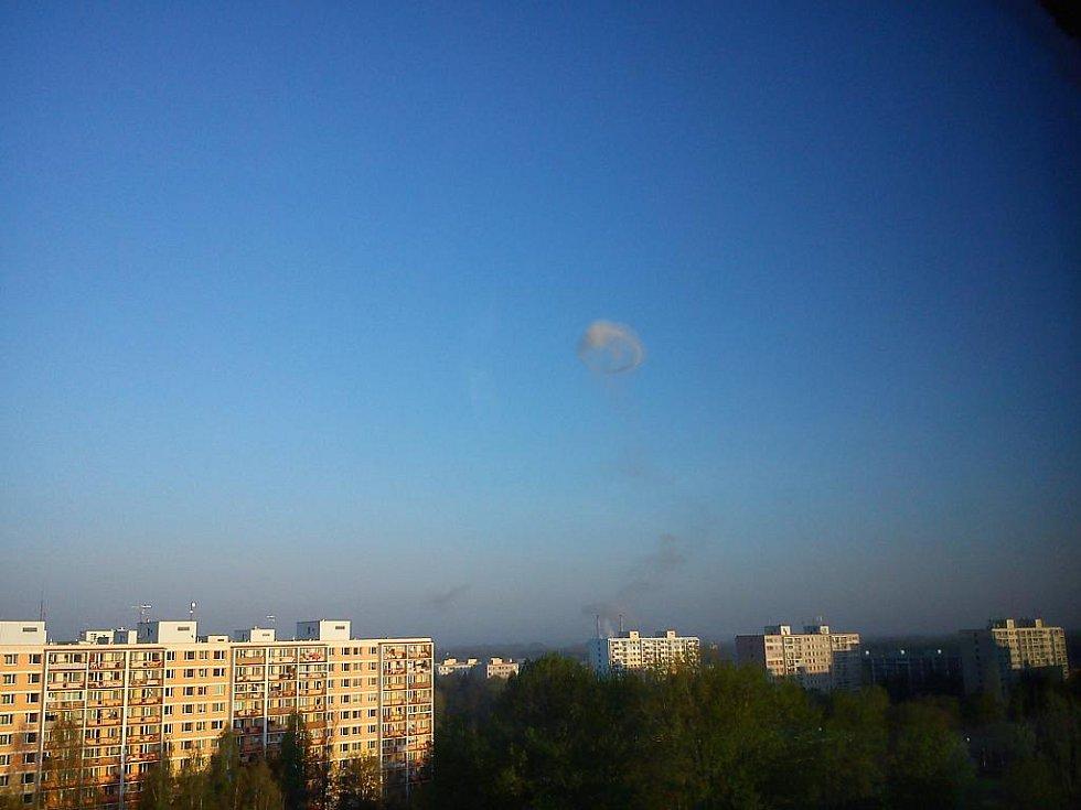 Po výbuchu byl vidět nad Semtínem i mrak. Fotky mraku po výbuchu z Polabin III.