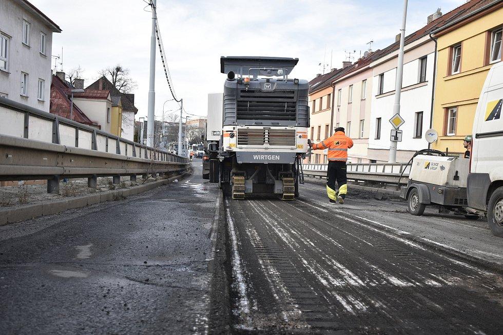 Oprava nadjezdu v Kyjevské ulici pokračuje, dělníci už z vozovky sundali asfalt.