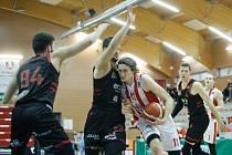 Basketbalové utkání Kooperativy NBL mezi BK JIP Pardubice (v červenobílém) a ERA Basketball Nymburk (v černém) v pardubické hale na Dašické.