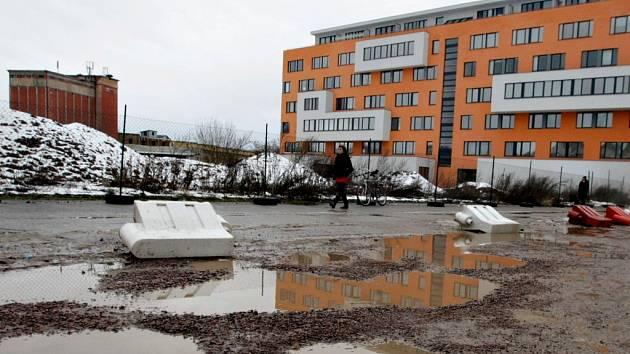 Místo bývalé Mototechny na křižovatce ulic Na Spravedlnosti a Rokycanova mají růst další byty.