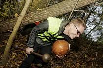 David Malík se tak lesem prodíral v plovací vestě, s činkou a medicinbalem.