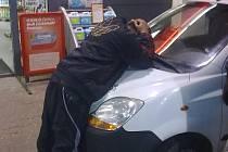 Zadržený zloděj čeká na příjezd policie