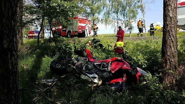 Motorkáři u Býště už záchranáři pomoci nemohli.