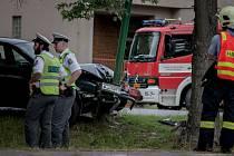 Řidiče za volantem v Sezemicích zradilo srdce. Ani přes snahu záchranářů se jej už oživit nepodařilo.