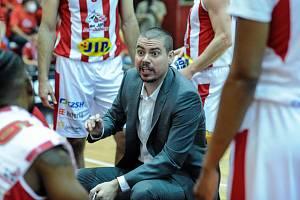 Pardubičtí basketbalisté (v pruhovaném) nestačili doma na USK Praha.
