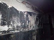 Interiéry v suterénu domu po dvou útocích žháře.