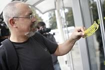 Ředitel správy kolejí pardubické univerzity Pavel Ďurovec odstraňuje policejní pečetě na dveřích kolejí pardubické univerzity. Poplach kvůli bombě skončil.
