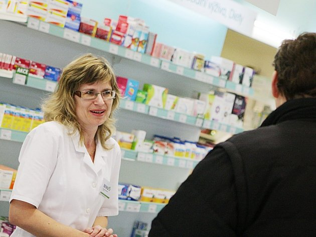 O vakcíny proti chřipce zatím lékárnici Martu Stuchlíkovou žádné davy pacientů nežádají.