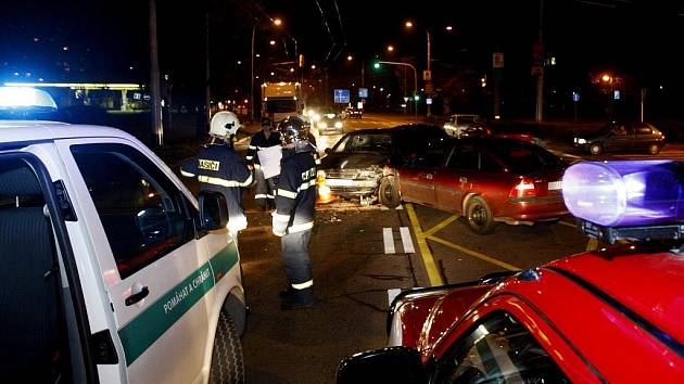 Střet dvou vozidel u nádraží si vyžádal těžké zranění spolujezdce. Nebyl připoutaný a po nárazu hlavou prorazil přední sklo.