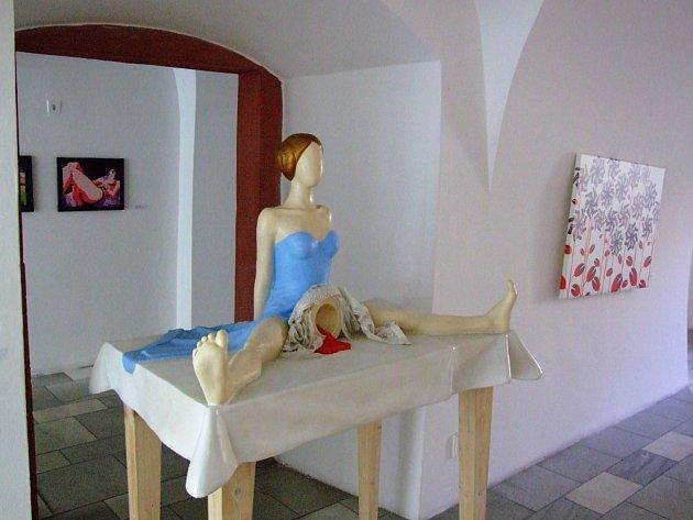 """Plastika menstruující dívky - moderní """"umění"""" v galerii Mázhaus"""