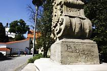 Poškozená barokní socha svatého Františka z Pauly