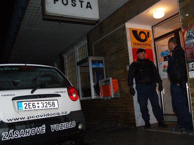 Pošta Na Drážce měla v pátek večer nezvaného návštěvníka. Lupič přeskočil přepážku, sebral peníze a utekl oknem