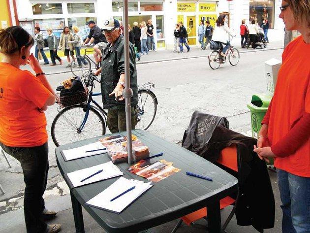 Dvoutýdenní výluky trolejbusové dopravy v centru Pardubic využili iniciátoři petice ke sběru hlasů na podporu vzniku trvalé pěší zóny na části třídy Míru.
