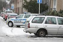 Řidič na křižovatce ulic Boženy Němcové a Rožkova nedal přednost a narazil do policejního vozidla. Lehce přitom zranil dva policisty.