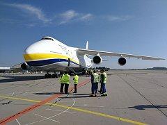Antonov AN 124 - 100M na pardubickém letišti.