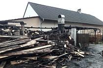 Čtyři jednotky hasičů likvidovaly v pátek ve večerních hodinách požár pergoly a dřevníku v Křični na Pardubicku. Foto: archiv HZS
