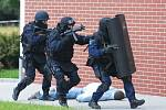 Holické gymnázium napadli teroristé. Naštěstí šlo jen o cvičení