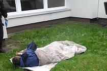 Spící muž před mateřskou školkou musel změnit místo pobytu. Strážníci jej vykázali.