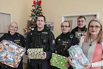Policisté Pohotovostně eskortního oddělení s dárky a s ředitelkou centra Veská Markétou Tauberovou (vpravo). Dětské centrum Veská je zdravotnické zařízení pro děti, vyžadující okamžitou a nepřetržitou pomoc.