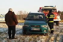 Vyprostit auto z bahna museli až bohdanečtí hasiči.