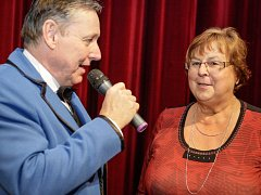 Hana Středová se ve čtvrtek stala stotisícím divákem pardubického divadla. Gratuloval ji ředitel Petr Dohnal.