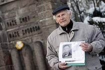 Pietní akt u památník Zámeček: Adolf Švadlenka na fotografii ukazuje svého otce, který zřejmě ukrýval jednoho z parašutistů a byl za války popraven právě v souvislosti s akcí Silver A.