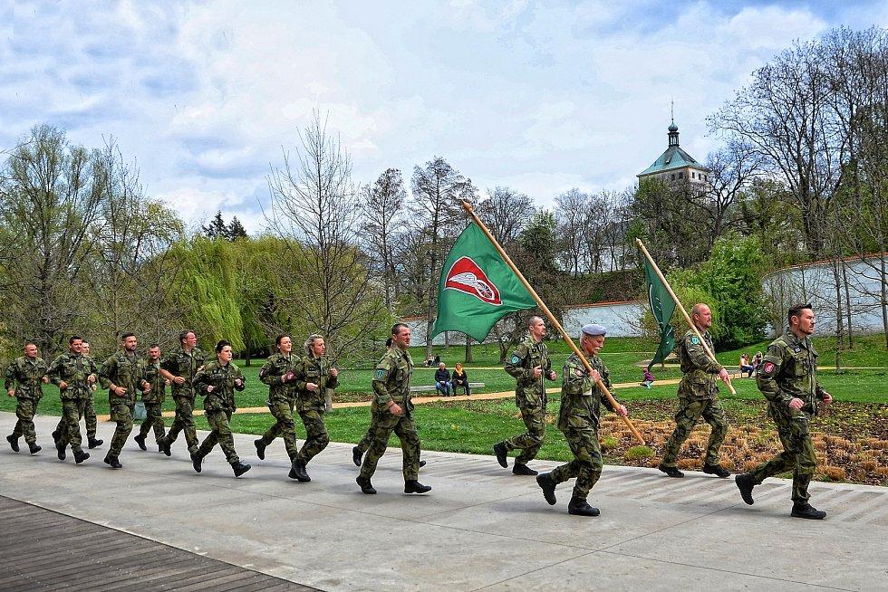 Vojáci vzdali hold válečným veteránům během po stopách odbojáře Alfréda Bartoše.