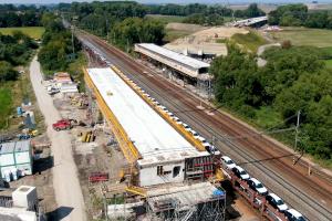Stavba mostu pro D35 nad koridorem u Uherska. Více ve videu