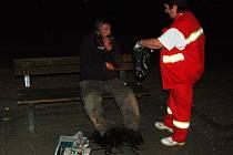 Záchranáři bezdomovce do sanitky naložili, ale až poté, co souhlasil s  nasazením igelitových pytlů na nohy
