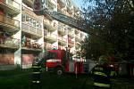 Požár na balkoně zlikvidovali hasiči za pár vteřin. Mohla za něj cigareta.