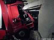 Asistence hasičů byla potřeba i při nehodě kamionu, který naboural přímo do domu