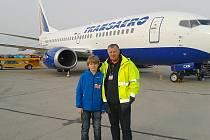 Školák Vojta s Janem Andrlíkem při prohlídce letiště