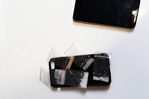 Za nalezeného iPhonu začalo na služebně pardubické městské policie padat překvapení v podobě pěti sáčků s drogou.