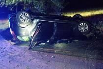Po nehodě zůstalo auto převrácené na střeše.