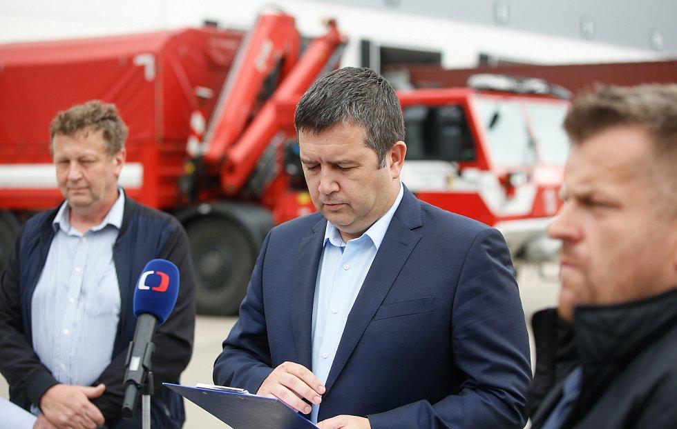 Ministr vnitra Jan Hamáček navštívil centrální sklad ochranných a zdravotnických pomůcek pro boj skoronavirem pro celou zemi