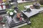 Na hřbitově Pardubice - Pardubičky v neděli po 12. hodině spadl na dítě předškolního věku náhrobní kámen. Chlapec má zlomenou nohu. Okolnosti jsou v šetření Policie ČR.