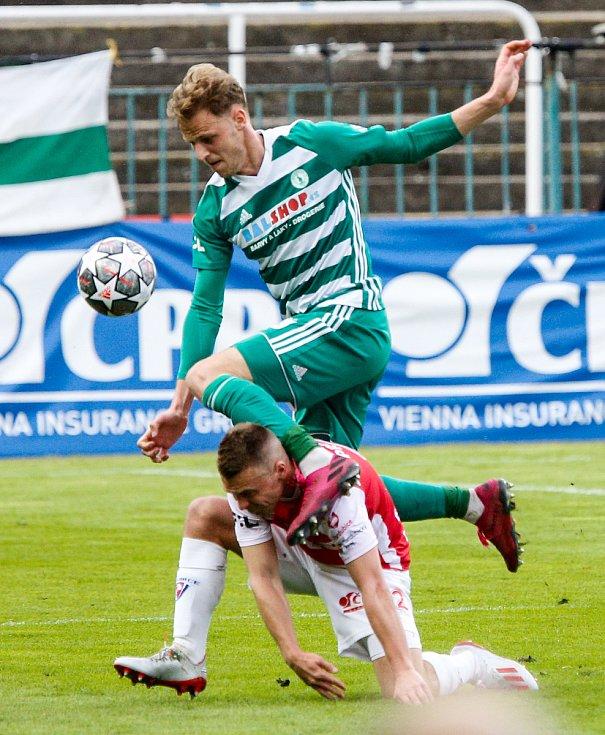 Fotbalové utkání Fortuna ligy mezi FK Pardubice (v červenobílém) a FC Bohemians 1905 ( v zelenobílém) na Městském stadionu Ďolíček v Praze.