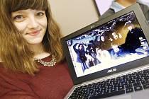 Tereza Neuwirtová se svými japonskými spolužáky. Jedenáct měsíců strávila na studijním pobytu v japonské Hirošimě