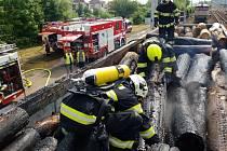 V Kostěnicích vzplály vagóny převážející dřevo, na místo vyrážely tři jednotky hasičů.