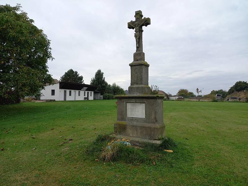Památný křížek na hřišti.