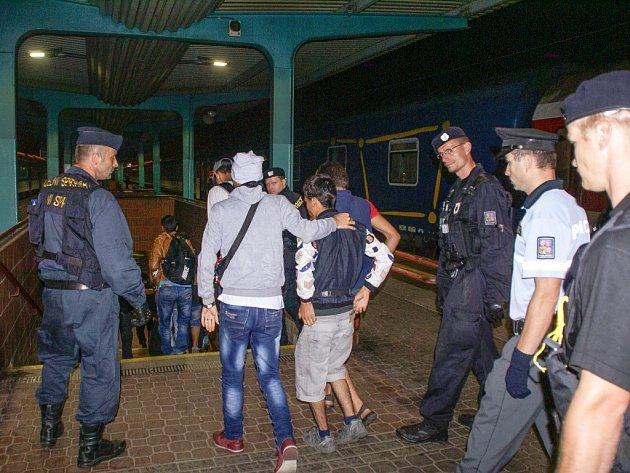 Zadržení imigranti na pardubickém hlavním nádraží.