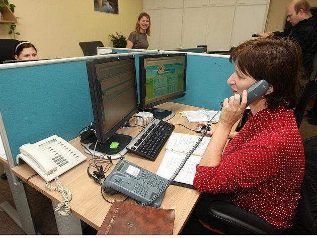 Operátorky  kontaktního centra vyřídí denně stovky telefonátů. S pomocí technologie napojené na internet a městský počítačový systém zodpoví obratem dotazy volajících