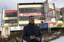 Advokát Ja Petřík, který zastupuje firmu Amádeus Plzeň, před DK Inwest. Firma v současné době čeká na platný demoliční výměr a chystá dokumenty pro územní řízení
