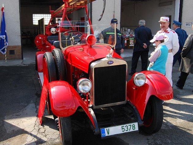 Škoda 154 v hasičském provedení je ozdobou akcí blovických hasičů už přes 30 let. Na snímku vpravo Petr Škola