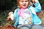 Vnučka Elenka pomáhala babičce Libuši s hledáním hub na Zdebořicku.